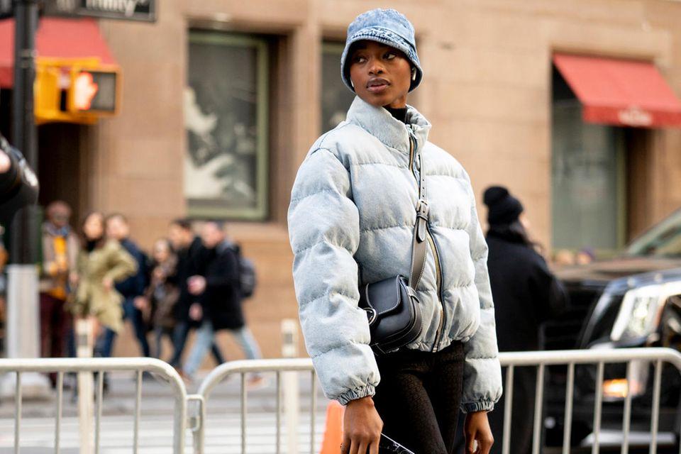 Winterjacken: Frau in Puffer Jacket in New York