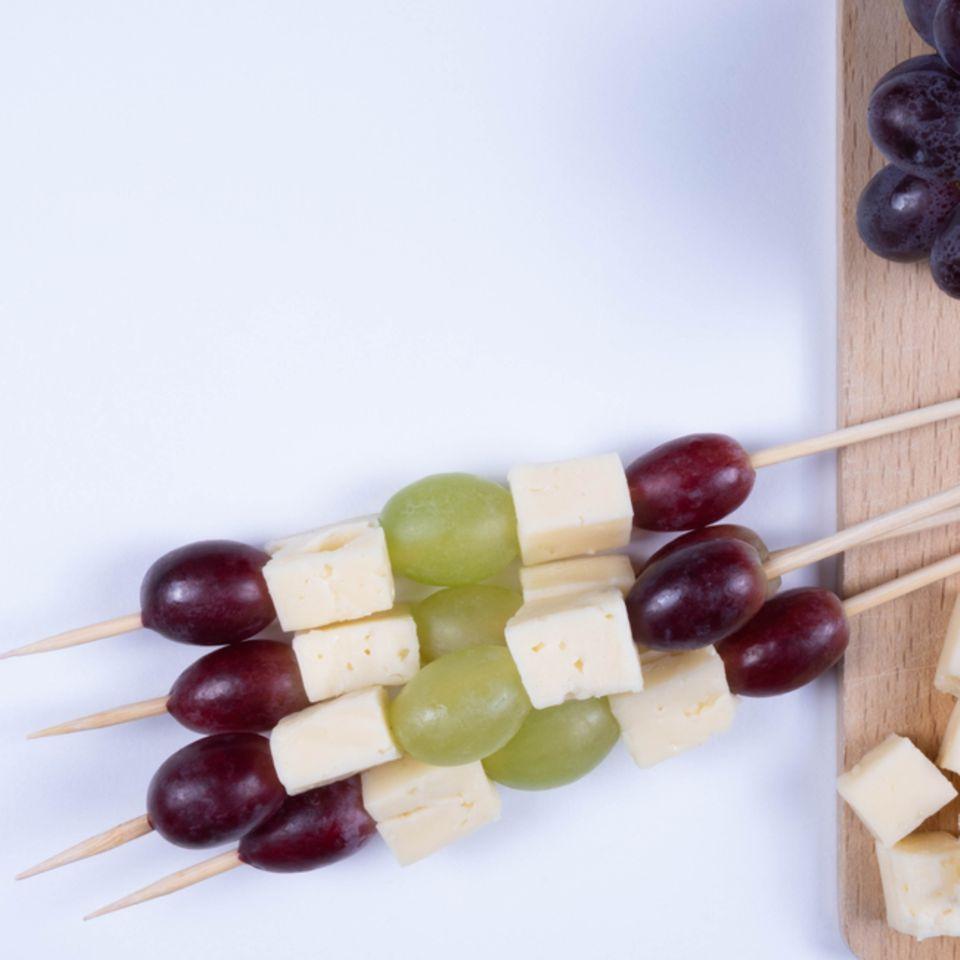 Käsespieße mit Trauben