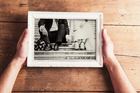 Whisper: Ein Mann hält ein Schwarz-Weiß-Foto in einem Rahmen in den Händen