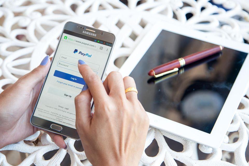 Paypal: Hand mit Handy