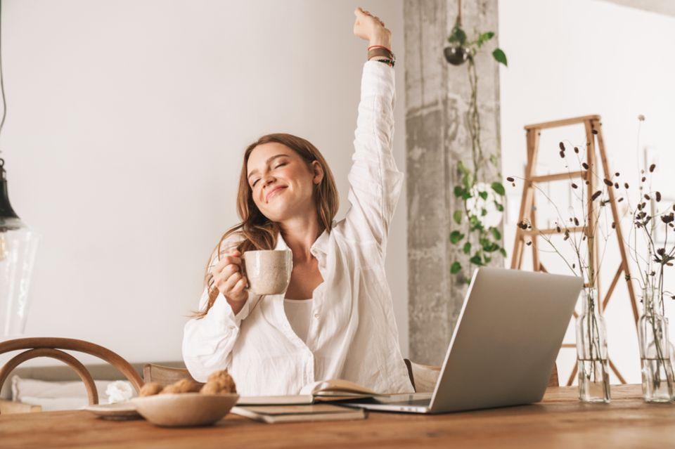 Produktivität steigern: Frau am Schreibtisch vor einem Laptop