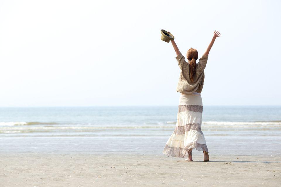 Abgespeckt: Glückliche Frau am Strand