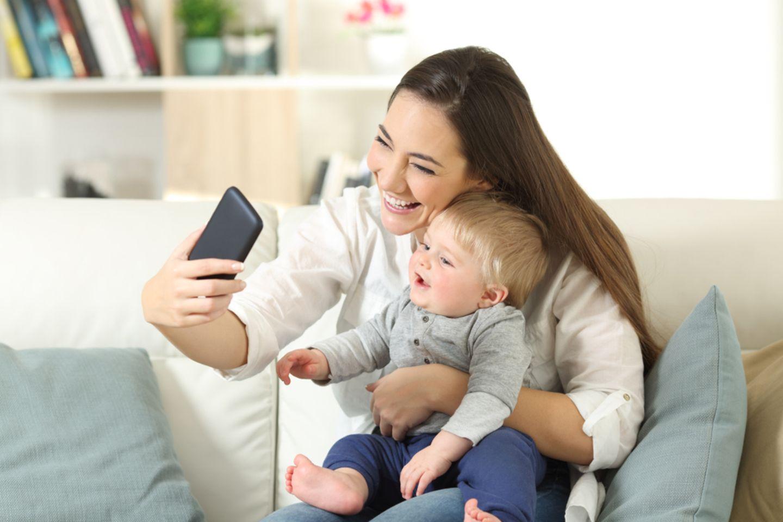 Sharenting: Frau fotografiert Baby
