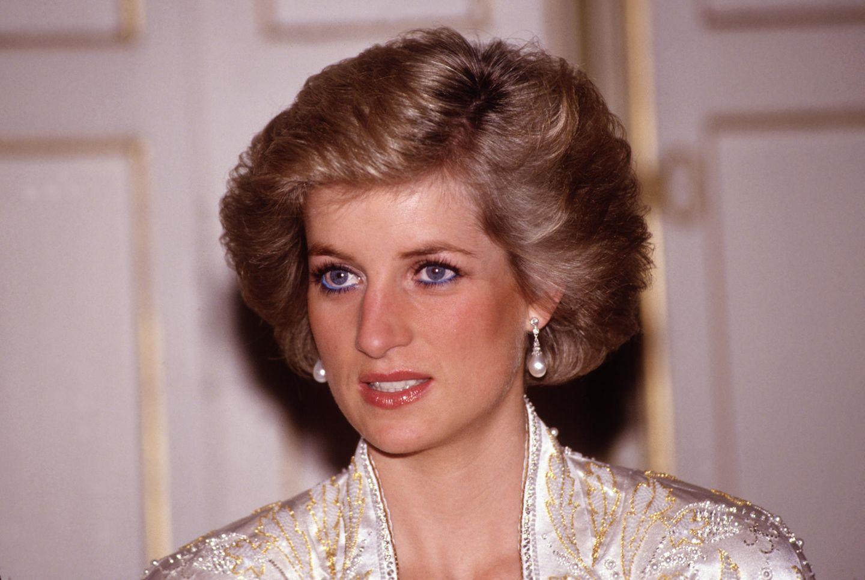 Diana war eine wunderschöne Frau und zählte nicht ohne Grund zu den meist fotografierten Frauen der Welt- Um ihren hübschen Augen auf Fotos noch mehr Ausdruck zu verleihen, setzte die Königin der Herzen auf einen einfachen, aber genialen Trick. Statt zu klassischem schwarzem Eyeliner griff sie zu einem leuchtend blauen Kajal, der ihre Augen größer und noch strahlender erscheinen ließ. Ihr make-up-Artist verriet in einem späteren Interview, dass er Diana stets davon abgeraten hatte, weil er den Signature-Look der Prinzessin zu extravagant fand. Ein Glück, dass Diana in diesem Punkt nicht auf ihn gehört hat ...