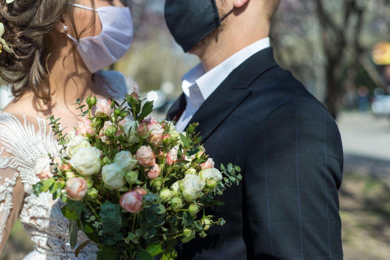corona aktuell: Hochzeitspaar mit  Maske