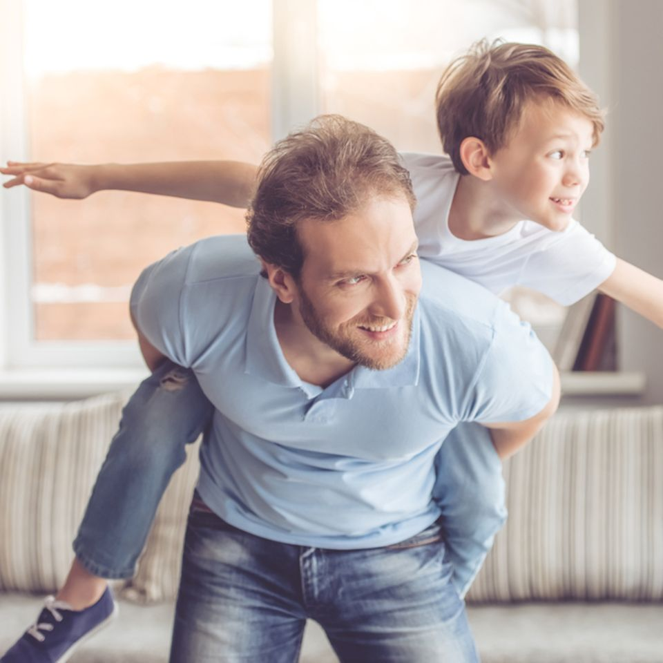 Erziehungsstile: Vater und Sohn spielen