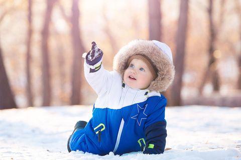 Babynamen: Kleinkind spielt im Schnee