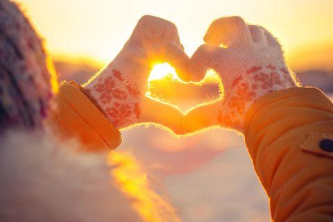 3 Sternzeichen, die sich noch bis Weihnachten verlieben werden: Hand formt Herz