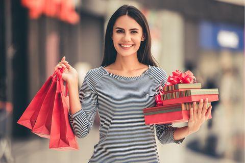 Cyber Monday: Junge Frau am Shoppen, Weihnachtsgeschenke, Geschenke, glückliche Frau