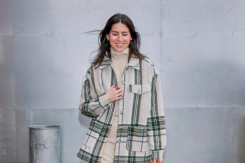 Holzfällerhemd: Frau in Flanell-Hemd