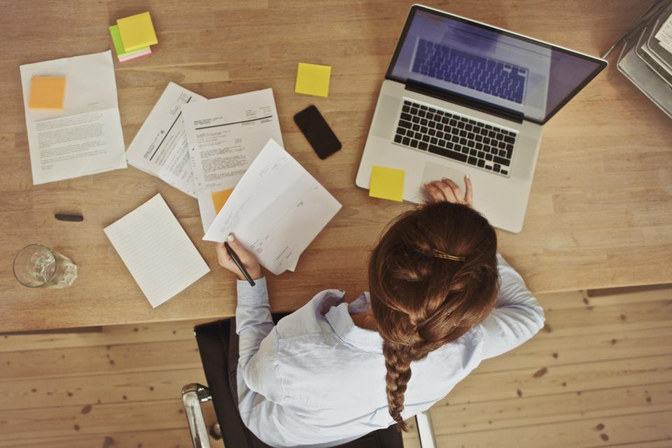 Eine Frau arbeitet am Schreibtisch