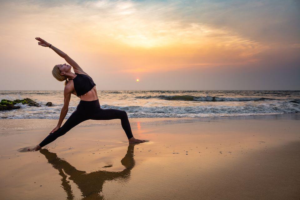 Change-Yoga: Frau beim Yoga am Strand