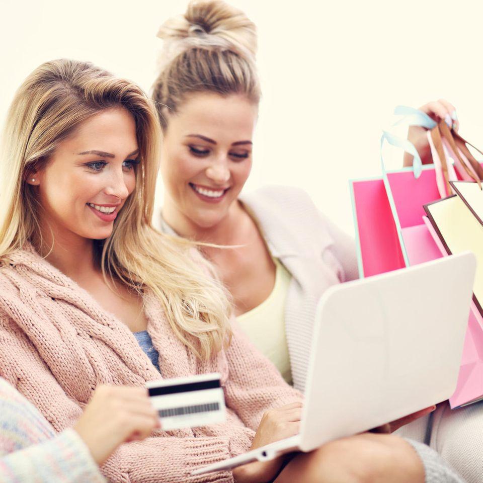 Black Friday 2020: Frauen am Shoppen, Online-Shopping, glückliche Frauen, volle Einkaufstaschen