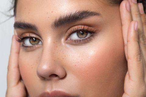Schöne Frau mit grünen Augen mit ausdrucksvollem Blick