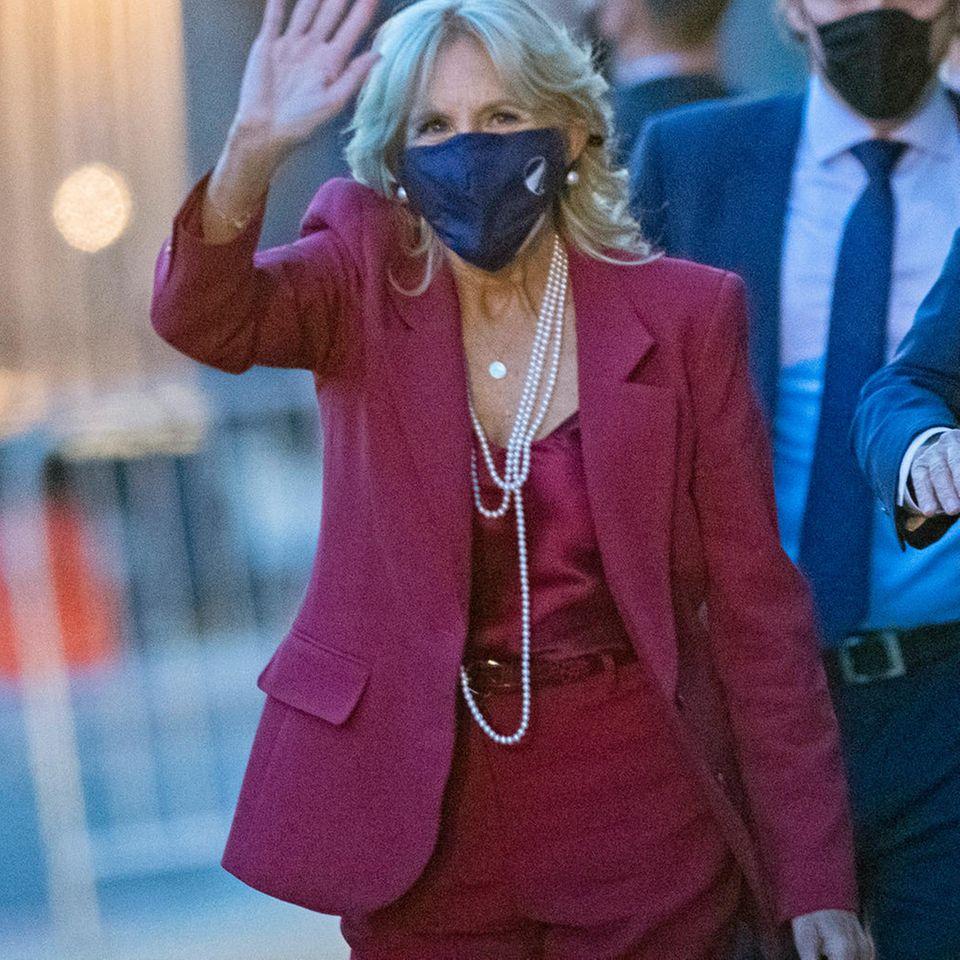 Bei ihrem Besuch des Queen Theaters in Wilmington setzt die zukünftige First Lady auf einen kräftigen Beerenton von Kopf bis Fuß und kombiniert ihren Power-Suit mit passendem Silk-Top. Perfekt dazu: die strahlend weißen Perlenketten, mit denen sie ordentlich 20er-Jahre-Vibes versprüht.
