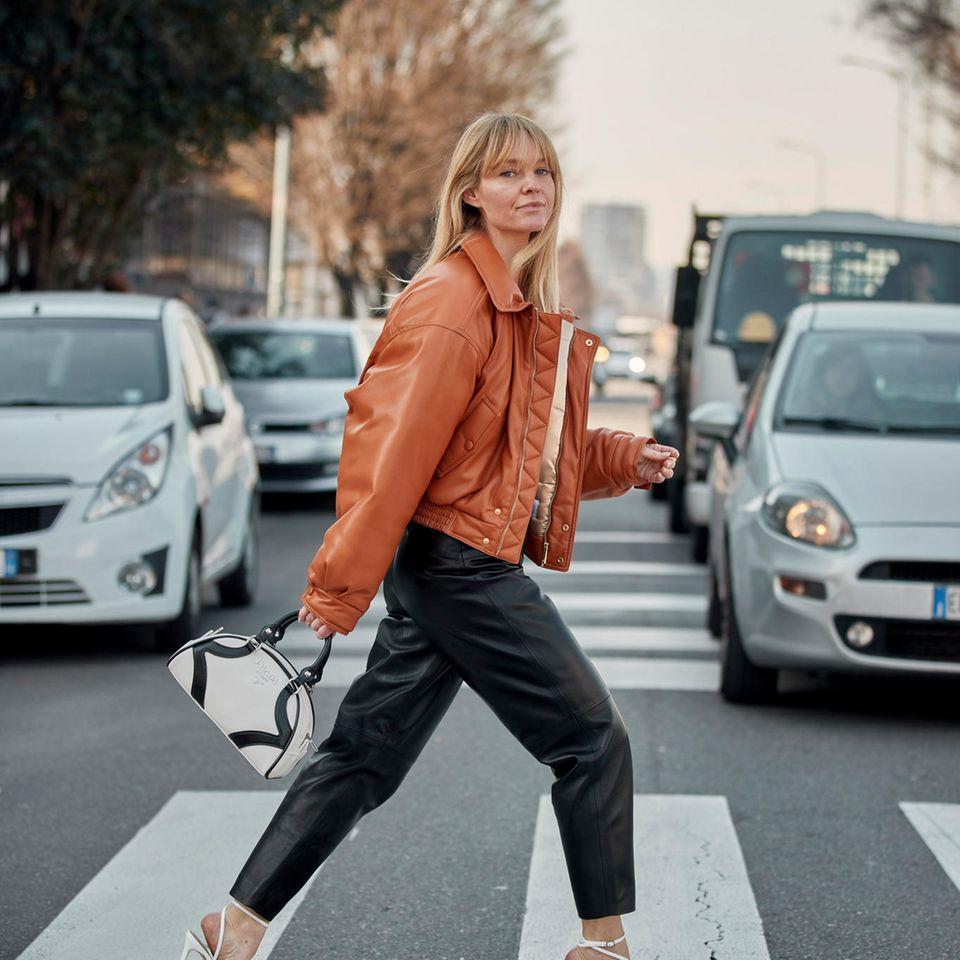 Jünger aussehen: Frau läuft über Zebrastreifen