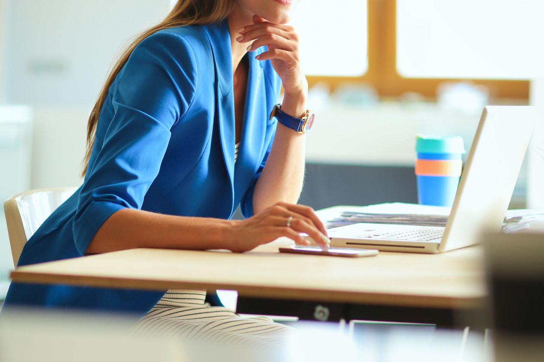 Fehlhaltungen: Frau sitzt am Schreibtisch