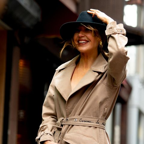 Winter Accesssoires: Frau hält ihren Hut fest