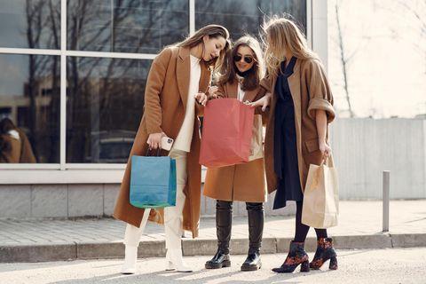 Cyber Monday: Frauen beim Shoppen, junge, glückliche Frauen mit Einkaufstüten
