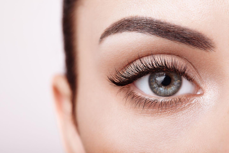 Blaue Augen mit langen Wimpern