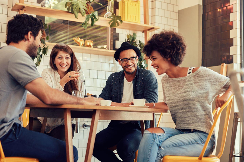 Stadt, Land, Fluss-Kategorien: Freunde sitzen am Tisch und lachen