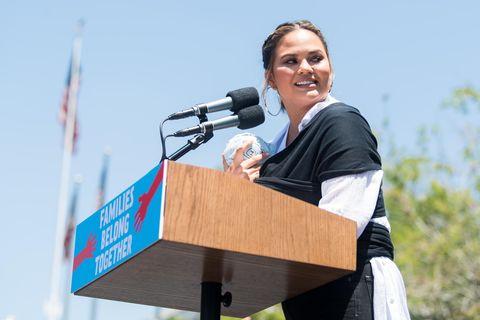 Chrissy Teigen: Klare Ansage an alle Mütter