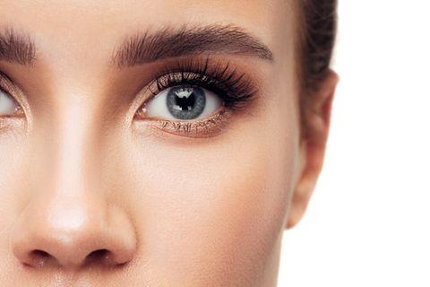 Blaue Augen mit geschwungenen Wimpern