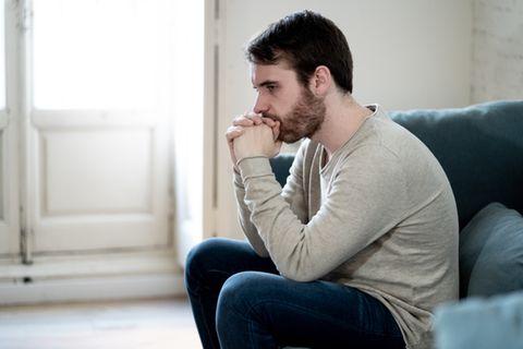 Corona aktuell: Depressiver Mann