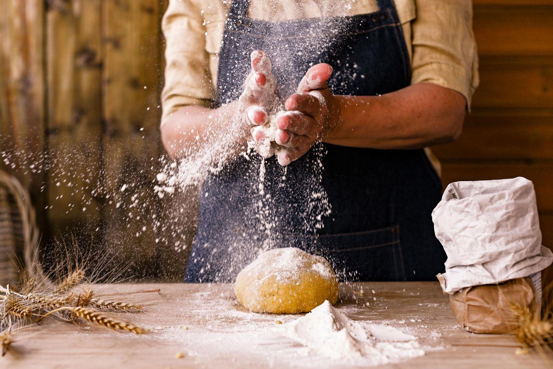 Mehl-Test; mensch bäckt Brot