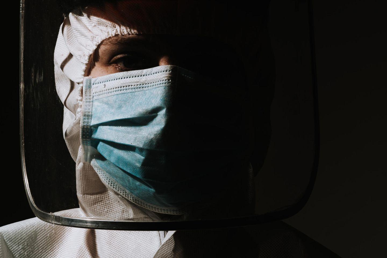 Corona aktuell: Pflegerin mit Schutzkleidung