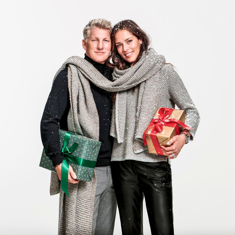 Dieses Jahr ist alles ein bisschen anders. In meinem Fall bedeutet das: gemütliche Weihnachten im allerengsten Familienkreis. Klingt gar nicht so schlimm, oder? Doch nicht nur das heimische Beisammensein wird 2020 cozy, auch mein Look kommt sehr viel gemütlicher daher als in den Jahren zuvor. Ich mache es nämlich wie Tennisprofi Ana Ivanovicin der Weihnachtskampagne vom Brax und setze auf eine gemütliche Hose mit Glanzfinish und einen kuschligen Pullover. Beides von Brax, um 100 und 120 Euro.  Ann-Christin, Mode- und Beauty-Redakteurin