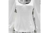 Weiße Blusen sind ultimative Klassiker. Diese hier sticht durch die leichten Puffärmel und die Bustier-Optik besonders heraus. Geht immer und zu allem! Von SHEIN, circa 32 Euro.