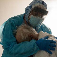 Corona-Bilder: Arzt tröstet Patienten
