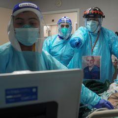 Corona-Bilder: Ärzte am Krankenbett