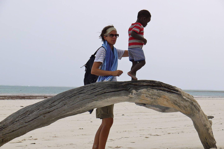Alltagsrassismus: Mutter und Sohn am Strand