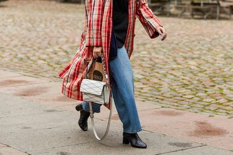Jeans-Trends. Frau in Jeans und High Heels