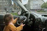 Abenteuerliche Babyfotos: Baby im Auto