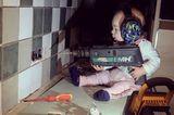 Abenteuerliche Babyfotos: Baby mit Bohrmaschine