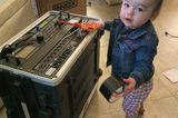 Abenteuerliche Babyfotos: Baby mit Schraubendreher