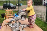 Abenteuerliche Babyfotos: Baby mit Säge