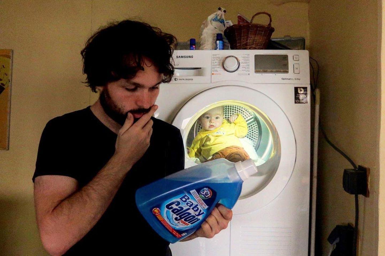 Abenteuerliche Babyfotos: Vater mit Waschmittel