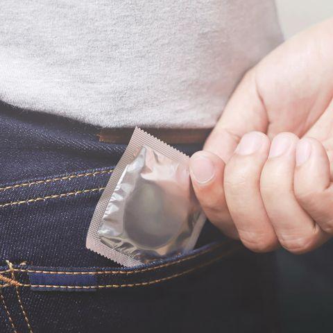 Kondom-Ausreden: Mann zieht Kondom aus Hosentasche