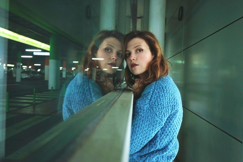 Ohnmachtsgefühle: Frau lehnt an Fenster