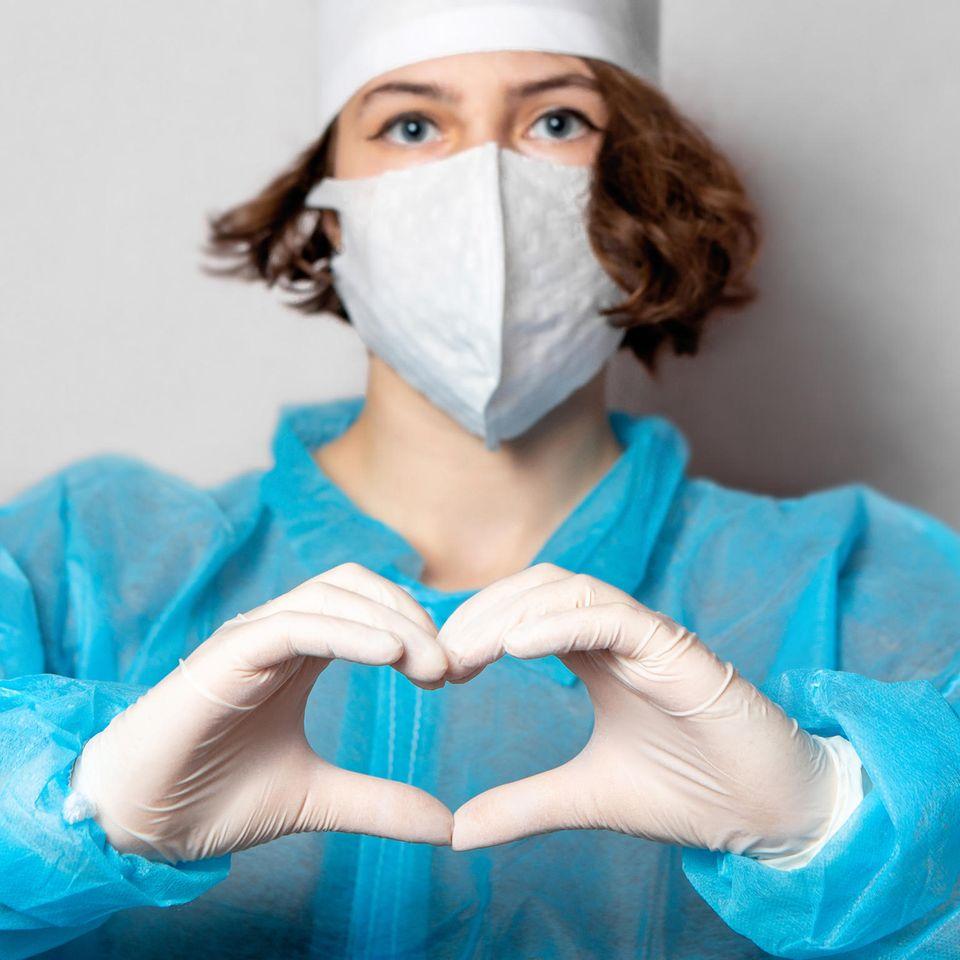 Corona aktuell: Krankenschwester zeigt Herz