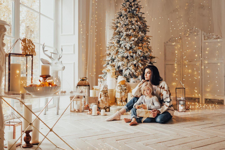 Deko für Weihnachten: Das ganze Zuhause strahlt, Weihnachtsbaum, Mutter und Kind