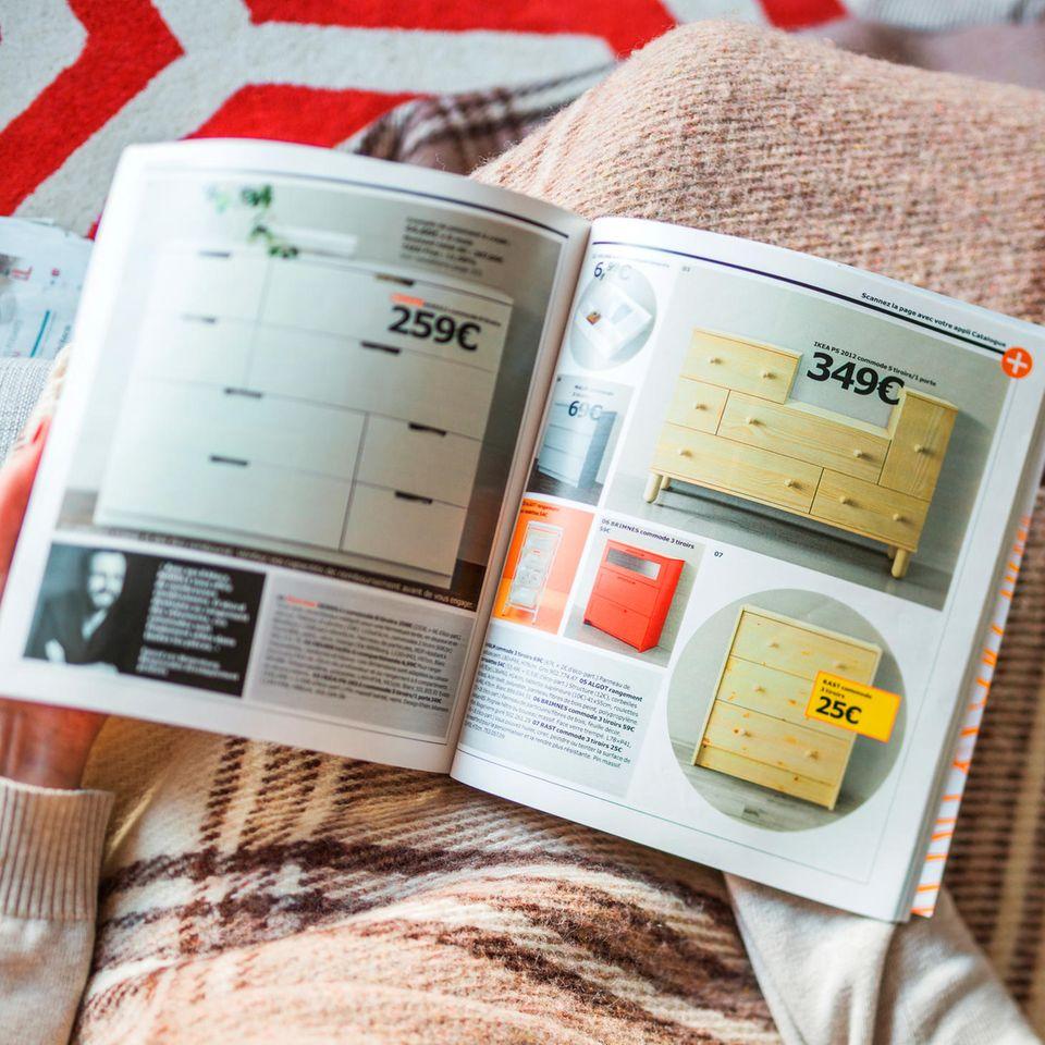 Ikea-Katalog: Frau liest ihn auf der Couch