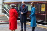 Auch am zweiten Tag der Zugreise beweist Herzogin Kate, dass ein gut geschnittener Mantel bei einem Winterlook die halbe Miete ist. Hohe Stiefel, schwarze Lederhandschuhe und leicht gewellte Haare – einfacher kann man einen Wow-Auftritt nicht planen.