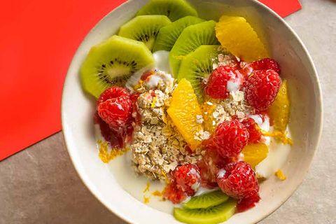 Kefir-Bowl mit Haferflocken und Früchten