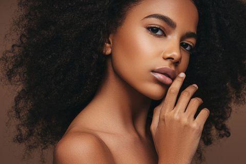 Braune Frau mit vollen Lippen