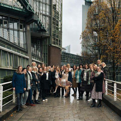 Schal fürs Leben: Die Brigitte-Redaktion trägt den Schal